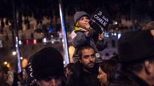 """A Marseille, un enfant et son père participent à un rassemblement en hommage aux victimes de l'attentat commis au siège du journal """"Charlie Hebdo"""", le 7 janvier 2015 à Paris. (MAXPPP)"""