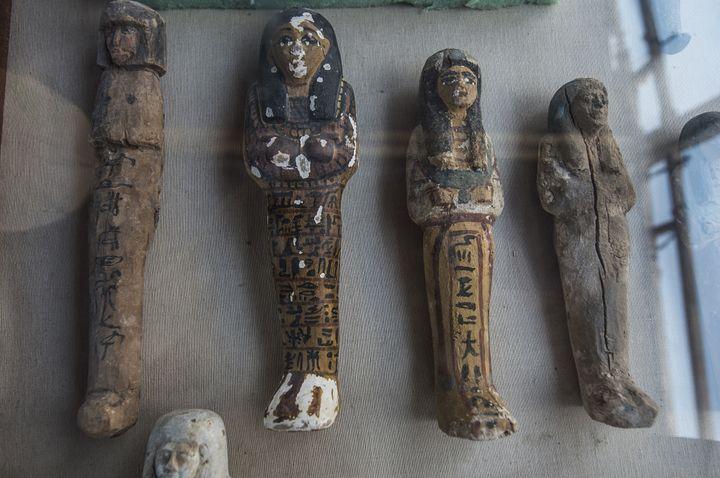 Petites statues funéraires en bois, argile et roche calcaire retrouvées en Egypte dans la tombe d'un orfèvre consacré au dieu Amon, 9 septembre 2017.  (Khaled Desouki / AFP)