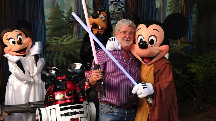 MickR2D2, princesse Mineiaet Mickey Skywalker à Marne-la-Vallée, c'est pas pour tout de suite (au centre, George Lucas). (DISNEY / GETTY IMAGES ENTERTAINMENT)