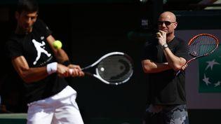 Novak Djokovic et son entraîneur André Agassi à Roland Garros, le 29 mai 2017. (MEHDI TAAMALLAH / NURPHOTO)