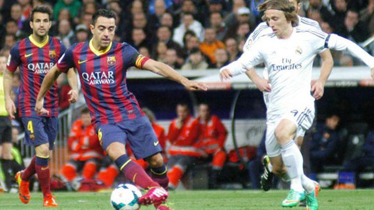 Xavi, le milieu de terrain catalan, à la lutte avec Modric (Real Madrid)