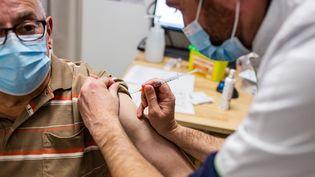 Un homme est vacciné avec le vaccin d'AstraZeneca contre le Covid-19, le 27 mars 2021, en Dordogne. (BURGER / PHANIE / AFP)