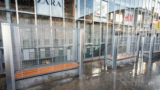 Une drille métallique a été placée autour de bancs publics contre les sans-abri et des gens alcoolisés, le 25 Décembre 2014 à Angoulême(Charente) (PIERRE DUFFOUR / AFP)