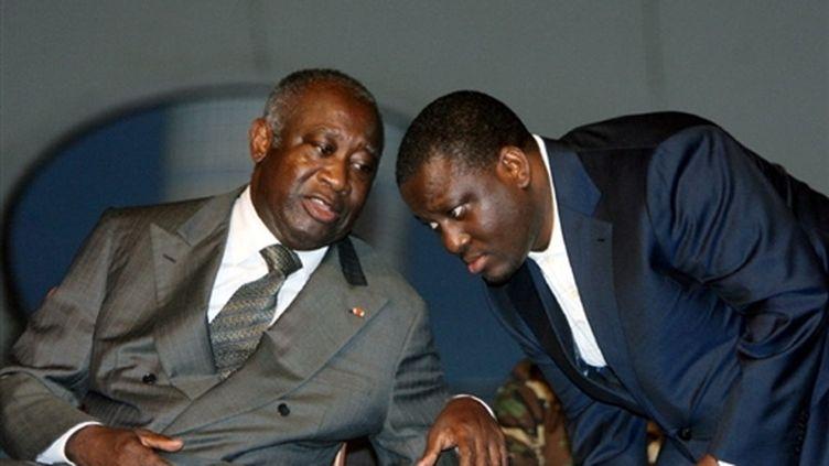 Le premier ministre ivoirien, Guillaume Soro (à droite), discutant avec le président ivorien, Laurent Gbagbo (27-6-2007) (AFP - Kambou Sia)