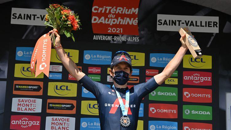 Geraint Thomas (Ineos-Grenadiers) sur le podium après sa victoire lors de la 5e étape du Critérium du Dauphiné, à Saint-Vallier, jeudi 3 juin. (DAVID STOCKMAN / BELGA MAG)