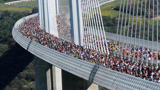 13.500 coureurs sur le Viaduc de Millau (Aveyron) à 270 m au dessus-du sol dimanche 13 mai 2012 (REMY GABALDA / AFP)