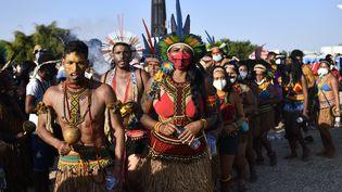 Des peuples indigènes brésiliens lors de la manifestation vers la cour suprême à Brasilia (Brésil), le 25 août 2021. (MATEUS BONOMI / AGIF / AFP)