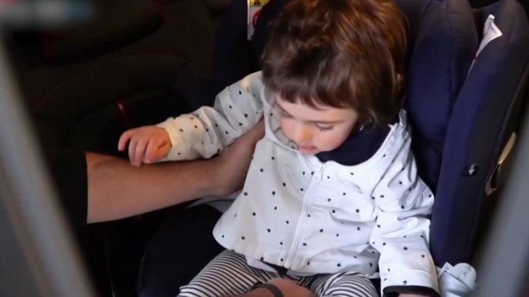 En Italie, une loi a été votée d'urgence obligeant les parents à se munir d'un siège auto nouvelle génération. Ce dispositif a été mis en place pour lutter contre les abandons d'enfants dans les voitures. (FRANCE 3)