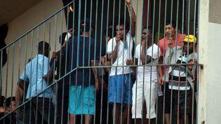 Les migrants occupent le lycée Jean-Quarré à Paris le 13 août 2015. (MAXPPP)