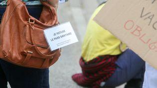 Une manifestante lors d'une marche contre le pass sanitaire, à Valence (Drôme), vendredi 3 septembre 2021. (NICOLAS GUYONNET / HANS LUCAS / AFP)