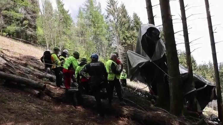 La chute d'une télécabine àStresa, en Italie, a fait 14 morts, dimanche 23 mai. (CAPTURE ECRAN FRANCE 2)