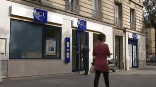 De nombreux Français se retrouvent en situation de découvert bancaire. Un décret du ministère de l'Economie prévoit de réduire les agios facturés par les banques. (FRANCE2  / FRANCETV INFO)