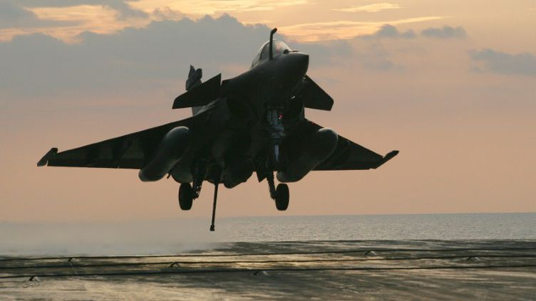 """Un Rafale atterrit sur le porte-avions """"Charles-de-Gaulle"""" le 20 avril 2011 en Méditerranée, dans le cadre de l'opération militaire en Libye. (ALEXANDER KLEIN / AFP)"""