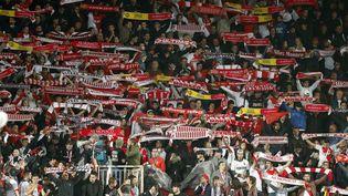 Les supporters monégasques brandissent leurs écharpes avant le quart de finale retour de Ligue des champions face à Dortmund, le 19 avril 2017 au stade Louis-II. (BENJAMIN CREMEL / DPPI / AFP)