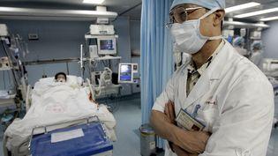 Un médecin spécialiste du Srasphotographié en 2005 à l'hôpital de Guangzhou, en Chine, lepays où ce virus potentiellement mortel a été détecté pour la première fois en 2002. (GOH CHAI HIN / AFP)