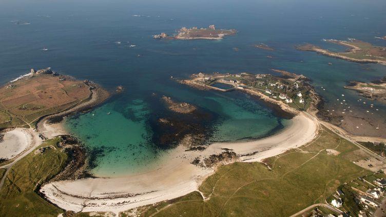 """""""En temps normal, même en été, sur les plages de nos îles, vous pouvez très facilement maintenir une distance de plus d'un mètre, même de dix mètres parfois."""", assure le président de l'association des îles du Ponant, Denis Palluel. (FRED TANNEAU / AFP)"""