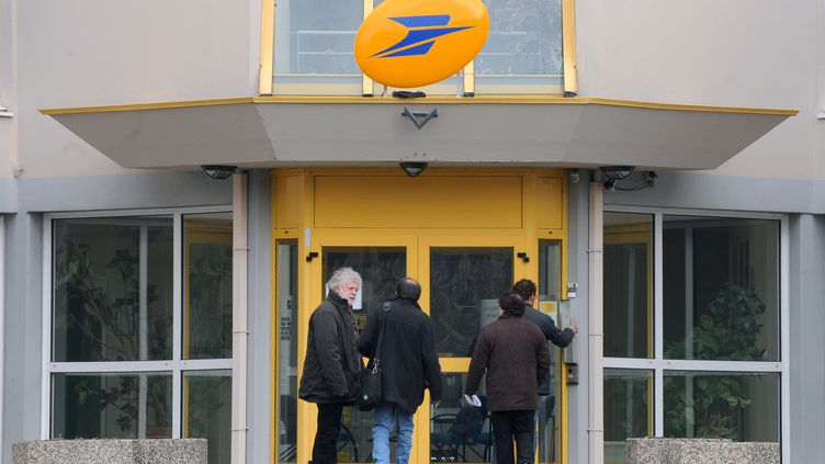 Les salariés de La Poste se plaignent de leurs conditions de travail dans une entreprise en pleine mutation. (THOMAS BREGARDIS / AFP)