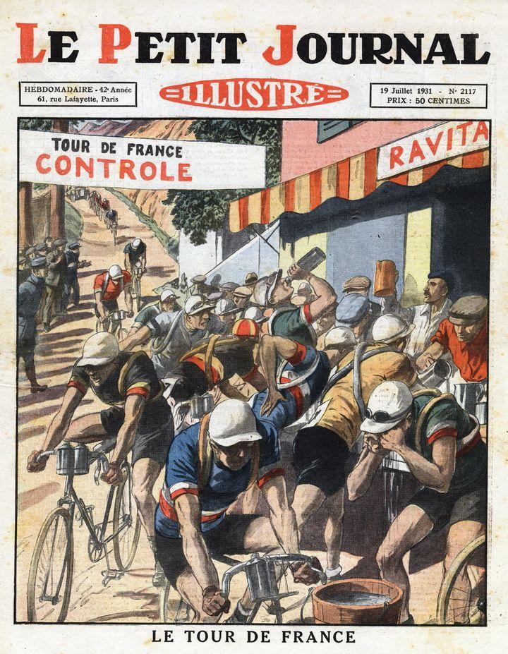 """Les coureurs cyclistes du Tour de France en 1931 se ravitaillent en eau au moment de l'étape des Alpes. Illustration tirée du """"Petit journal illustré"""". (LEEMAGE VIA AFP)"""