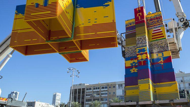 La tour en Lego en construction à Tel-Aviv, en Israël (26 décembre 2017)  (Jack Guez / AFP)
