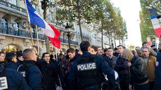 Les forces de l'ordre maîtrisent des manifestants, à Paris, en marge des commémorations de l'armistice de la Grande Guerre, le 11 novembre 2013. (  MAXPPP)