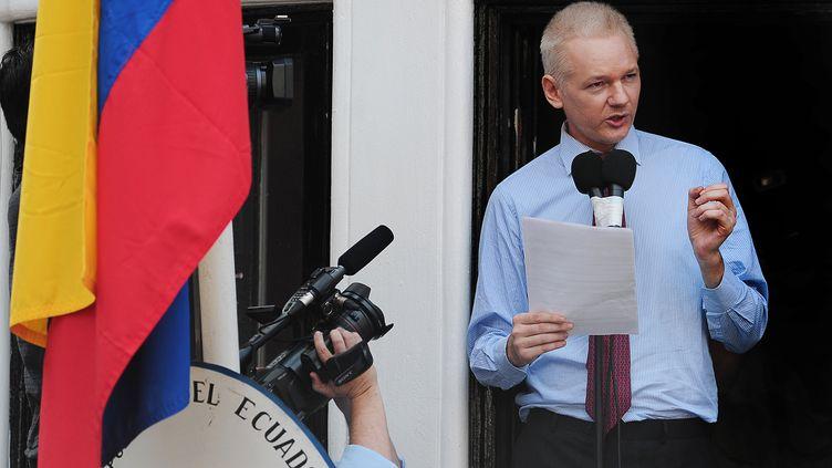 Julian Assange s'adresse aux médias, le 19 août, depuis l'ambassade équatorienne à Londres (Royaume-Uni). (CARL COURT / AFP)
