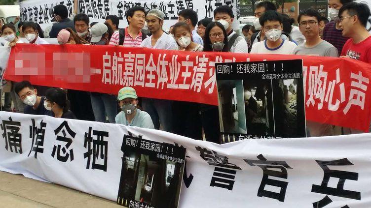 Des habitants de Tianjin (Chine) réclament des compensations financières, le 19 août 2015, car leursmaisons ont été ravagées par les explosions meurtrières dans un entrepôt de produits chimiques. (LI XIAOFEI / IMAGINECHINA)