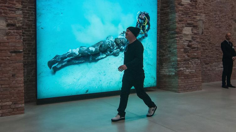 """Damien Hirst se promène dans son exposition """"Treasures From The Wreck Of The Unbelievable"""" à la Punta Della Dogana. Venise, 6 avril 2017.  (Awakening / Getty Images)"""