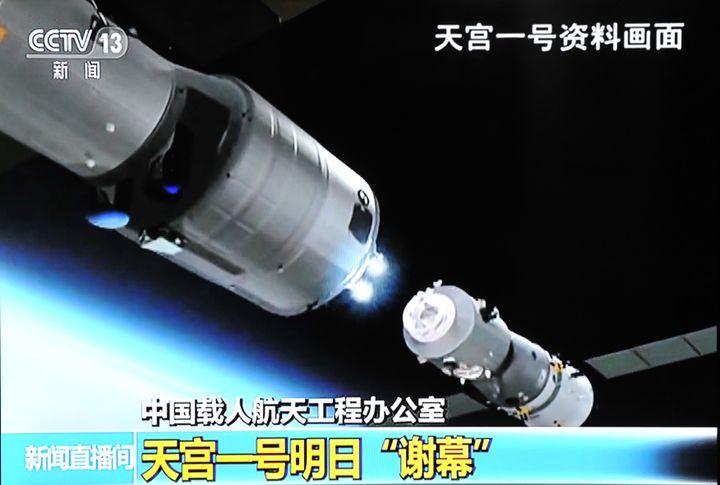 Capture d'écran de la télévision chinoise montrant la station spatiale Tiangong-1. (STRINGER / IMAGINECHINA / AFP)