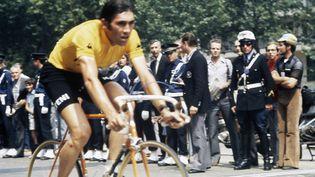 EddyMerckx dans l'épreuve contre la montre lors de la dernière étape du Tour de France Versailles-Paris, le 23 juillet 1972. (BERNARD ALLEMANE / INA/ AFP)