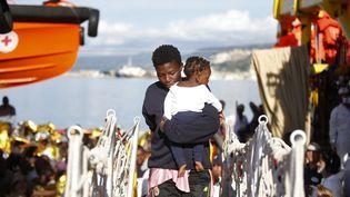 Des migrants arrivent à Vibo Marina, en Italie, après avoir été secourus dans des embarcations de fortune au large de la Libye, le 22 octobre 2016. (YARA NARDI / ITALIAN RED CROSS / AFP)