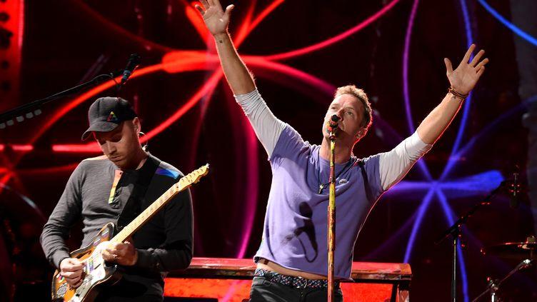 Jonny Buckland et Chris Martin lors d'un concert en Californie, le 6 octobre 2017. (KEVIN WINTER / GETTY IMAGES NORTH AMERICA / AFP)