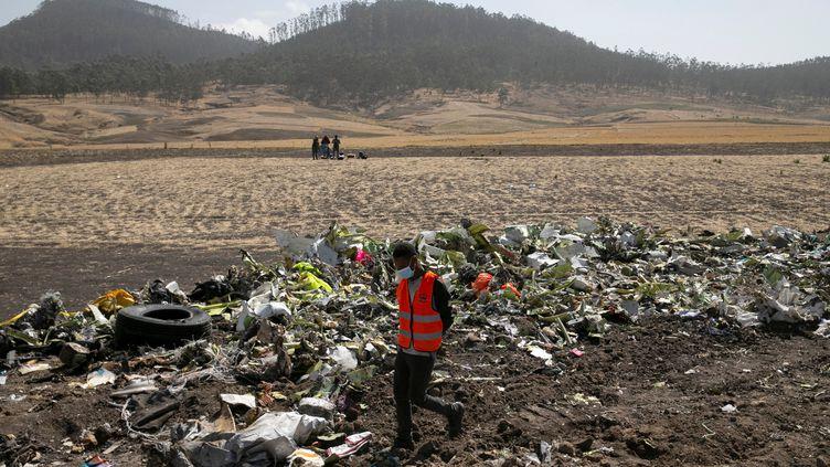 Des débris du Boeing de la compagnie Ethiopian Airlines qui s'est écrasé près de Bishoftu (Ethiopie), ici le 12 mars 2019. (BAZ RATNER / REUTERS)