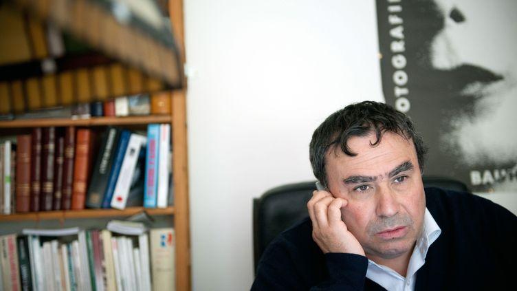 Benjamin Stora, historien de l'Algérie coloniale et de la guerre d'Algérie, dans son appartement de banlieue parisienne. Le 6 mai 2010. (BERTRAND LANGLOIS / AFP)