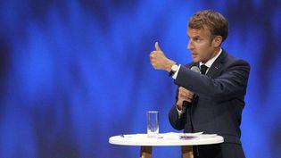 Emmanuel Macron fait des gestes s'exprime lors de la réunion sur l'économie de la mer à Nice, le 14 septembre 2021. (DANIEL COLE / AFP)
