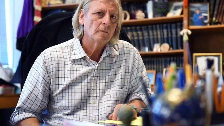 Le professeur de microbiologie à la faculté de Marseille Didier Raoult à Marseille, dans son bureau le 6 novembre 2014. (ANNE-CHRISTINE POUJOULAT / AFP)