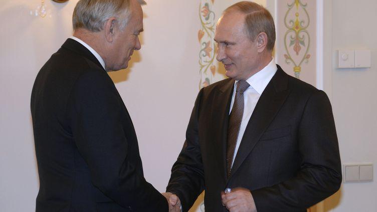 Le Premier ministre français, Jean-Marc Ayrault, et le président russe, Vladimir Poutine, le 1er novembre 2013 à Moscou (Russie). (ALEXANDER NEMENOV / AFP)