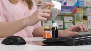 Depuis le 1er juillet 2014, les boîtes ne comportent plus de vignettes. Les pharmaciens indiquent juste les prix sur le ticket de caisse, sans mettre le nom du produit associé, dénonce Familles Rurales (GLOW WELLNESS / ARTBOX IMAGES RM / GETTY IMAGES)