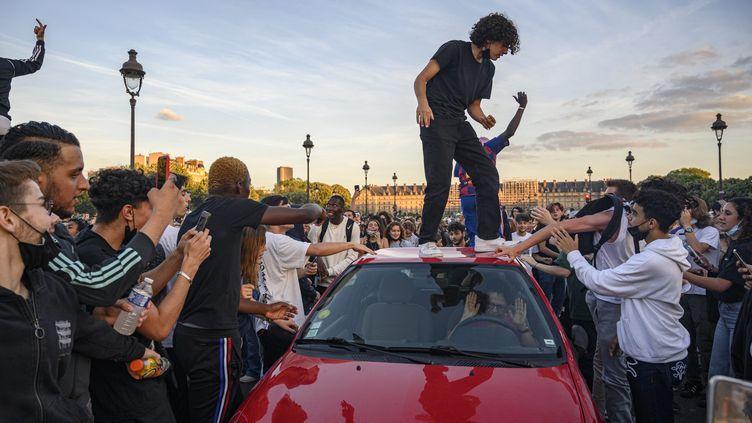 En juin 2020, des milliers de jeunes s'étaient donnés rendez-vous sur l'esplanade des Invalides. La police avait également dû mettre fin aux festivités. (JULIEN MATTIA / LE PICTORIUM / MAXPPP)