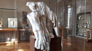 """Sans doute réalisée vers 1900, """"Absolution""""de Rodin est une oeuvre magistrale unique composée de """"morceaux"""" de figures connues (""""Torse d'Ugolin assis"""", """"La Terre"""", """"Tête de la Martyre"""") et recouverte d'un grand drapé. (ANNE CHEPEAU / RADIO FRANCE)"""