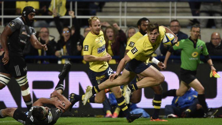 Le Clermontois Damian Penaud prend le meilleur sur la défense de Brive dans le derby (THIERRY ZOCCOLAN / AFP)