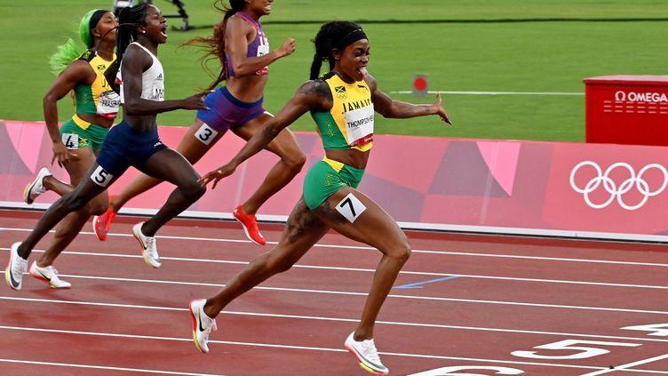 Elaine Thompson seule au monde. La reine du sprint jamaïcaine a remporté haut la main le 200 m des Jeux olympiques de Tokyo en signant le deuxième meilleur chrono de tous les temps, mardi 3 août 2021. (LUIS ACOSTA / AFP)