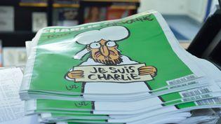 """Le """"numéro des survivants"""" de Charlie Hebdo s'arrache chez un kiosquier de Valence (Drôme), le 16 janvier 2015. (CHRISTOPHE ESTASSY / CITIZENSIDE.COM / AFP)"""
