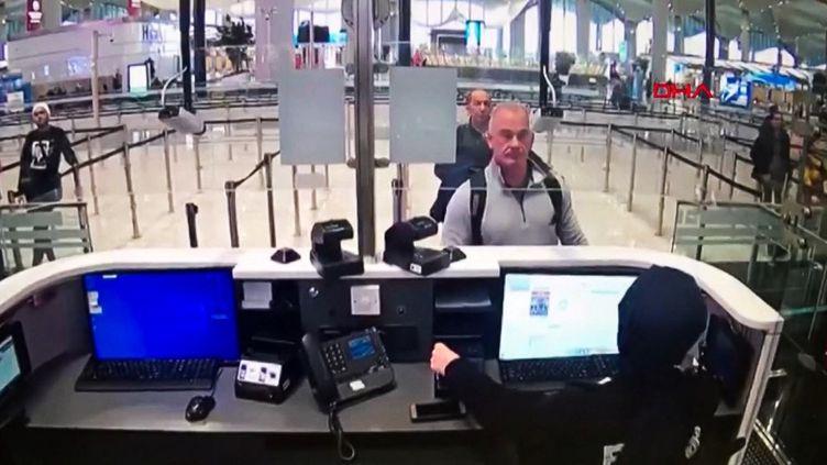 L'Américain Michael Taylor se présente à la police aux frontières turque, le 17 janvier 2020, à l'aéroport d'Istanbul (Turquie). (POLICE TURQUE / AFP)