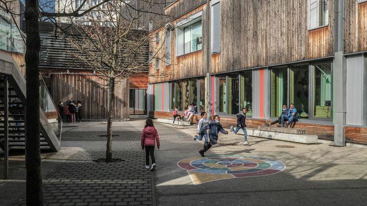 Des enfants jouent dans la cour de l'école primaire Stéphane Hessel à Montreuil (Seine-Saint-Denis), le 2 mars 2021. (MAXPPP)