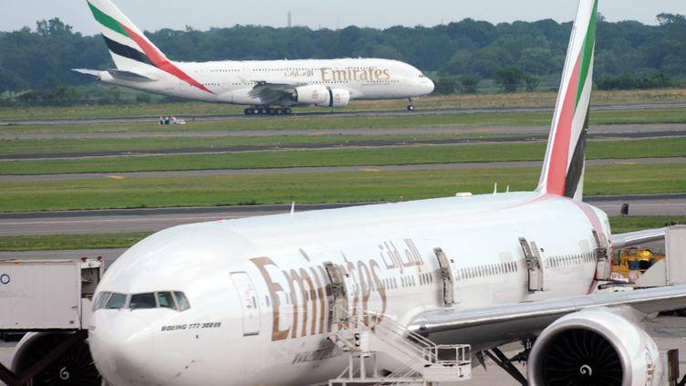 Un avion de la compagnieEmirates à l'aéroport de JFK à New York,en août 2008 (photo d'illustration). (STAN HONDA / AFP)