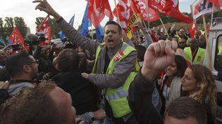 Une manifestation de salariés devant la zone de fret d'Air France, à Roissy (Val-d'Oise),le12 octobre 2015. (MICHEL EULER / AP / SIPA )