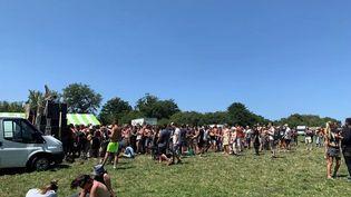 Une rave-party est en cours, dimanche 18 juillet, à Brasparts (Finistère). (C. TEMPEREAU / FRANCE TELEVISIONS)