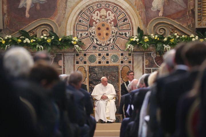 Le pape François lors de la cérémonie de remise du prix Charlemagne, le 6 mai 2016 au Vatican. (OLIVER BERG / DPA / AFP)