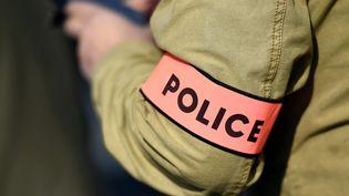 Un fonctionnaire de police avec un brassard de police (illustration). (MAXPPP)