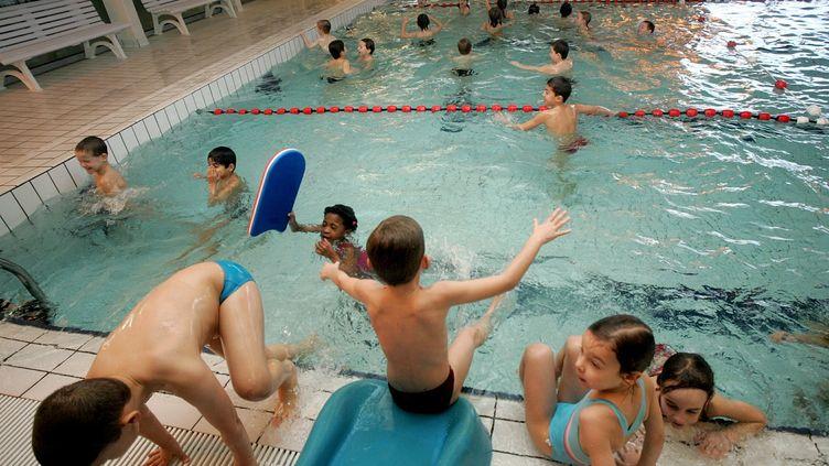 Des enfants se baignent dans une piscine, le 24 février 2006, à Lille (Nord). (MAXPPP)